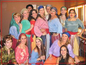 Fiorella y compañeras del coro - Camerino del Teatro Avenida - Mayo 2005
