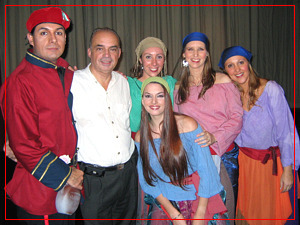 Fiorella junto a Eduardo F. Casullo y compañeros del coro - Backstage de La Forza del Destino - Teatro Avenida - Mayo 2005