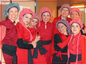 Fiorella Spadone y compañeras del coro - Camerino del Teatro Avenida - Octubre 2004